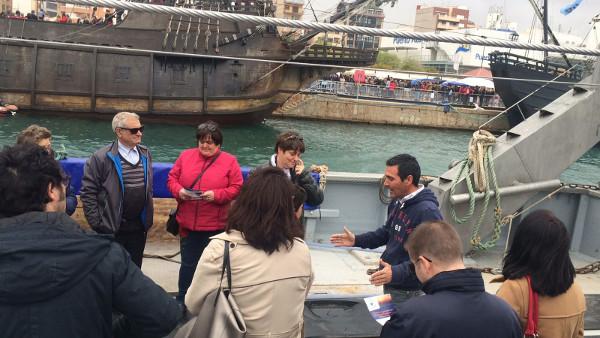 Lorenzo explicando a los visitantes los entresijos del barco