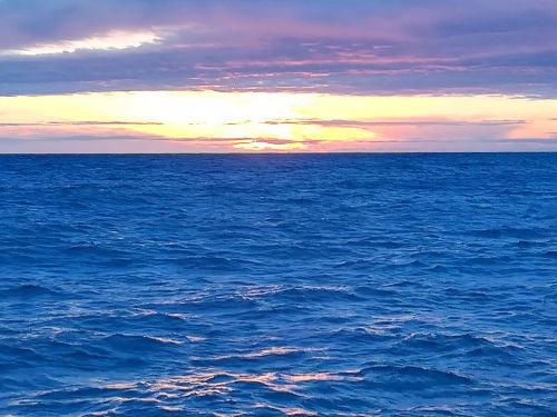 amanecer con mar azul intenso